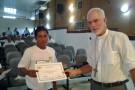 Sr. Dom Alcimar Caldas Magalhaes entregando o certificado ao sr. Manoel de Oliveira Moveleiro de Santo Antonio do Içá.