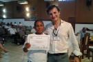 Sr. Ivan entregando o certificado a Sra. Maria Jose presidente da Ass. de Moveleiros de Benjamin Constant.