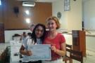 Sra. Elena Magni entregando o certificado a Débora  Nunes artesã deAtalaia do Norte