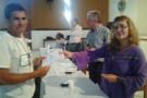 Srta. Elisa Bassani da Universidade de Gênova entregando o certificado a sr. José Ricardo, moveleiro de Amaturá